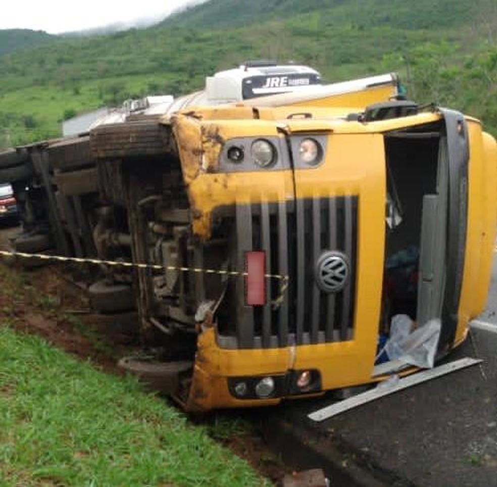 Caminhão dos Correios tomba e deixa uma pessoa morta no sudoeste da Bahia — Foto: Noticias VCA/Arquivo Pessoal
