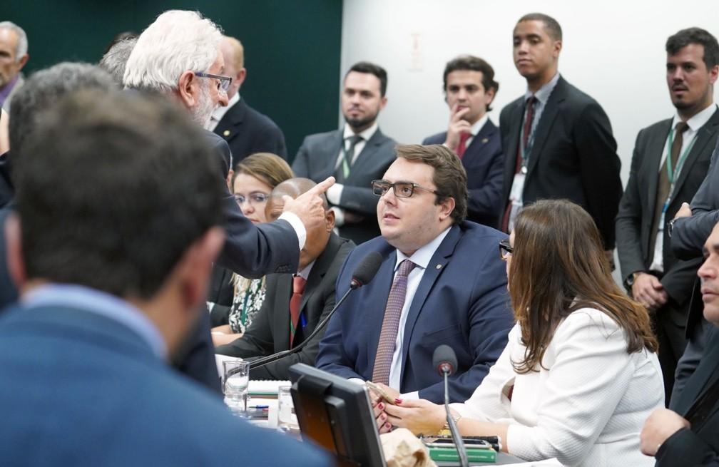 Deputado Ivan Valente aponta o dedo para o presidente da CCJ, Felipe Francischini, durante discussão sobre reforma da Previdência — Foto: Pablo Valadares/Câmara dos Deputados