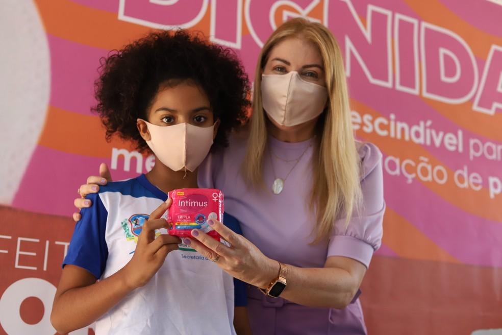 Aluna da rede municipal de Flores, no Sertão de Pernambuco, recebe absorvente menstrual de forma gratuita — Foto: Divulgação