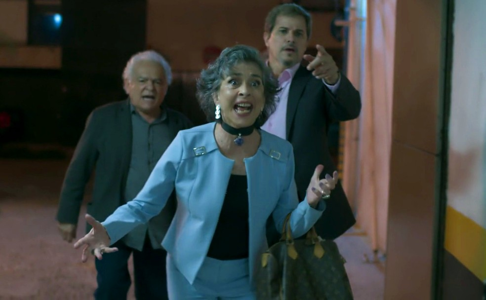Em 'A Força do Querer', Garcia (Othon Bastos) e Elvira (Betty Faria) correm atrás de Irene (Débora Falabella) ao descobrirem que ela é Solange — Foto: Globo