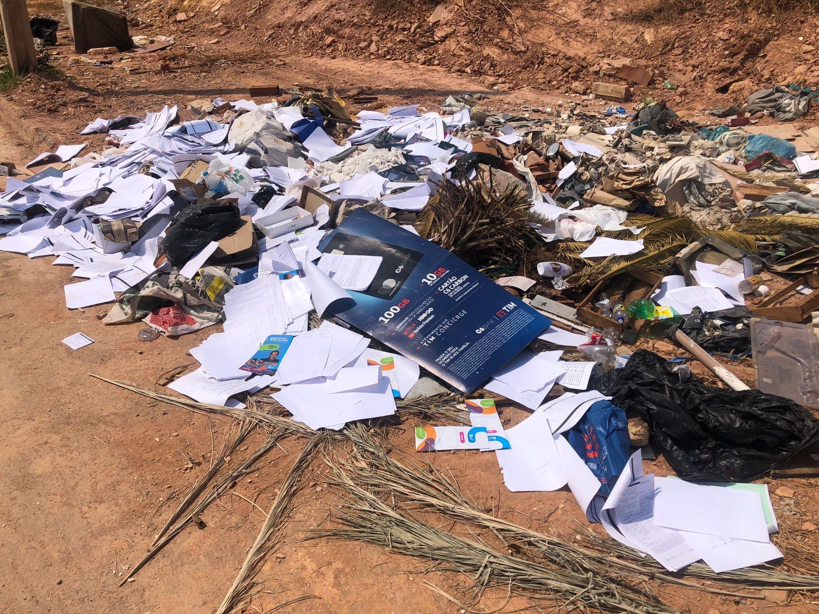 Documentos com dados de clientes são encontrados descartados em lote no Bairro Laranjeiras em Patos de Minas