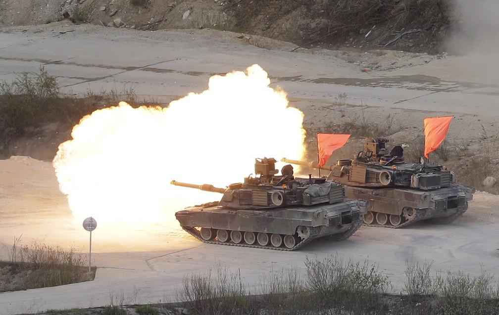 Tanques dos EUA disparam nesta quarta-feira (26) durante exercício conjunto com forças da Coreia do Sul em Pocheon, perto da fronteira com a Coreia do Norte (Foto: AP Photo/Ahn Young-joon)