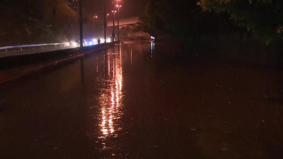 Chuva atingiu a Rua Borges de Medeiros, na Lagoa, na Zona Sul do Rio — Foto: Reprodução/ TV Globo