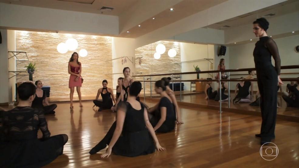 Tancinha (Mariana Ximenes) se envergonha por não ter roupas adequadas para a aula - 'Haja Coração' — Foto: Globo
