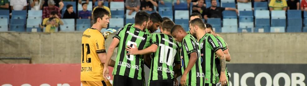 Coelho recebe Vitória (C), Guarani (F) e São Bento (C) na reta final — Foto: Daniel Hott / América-MG