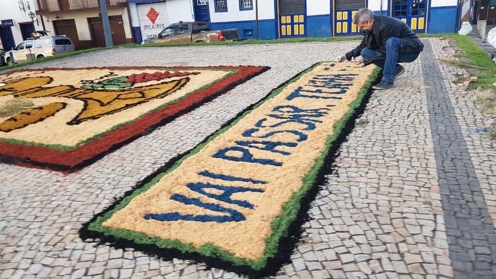 Tapetes de serragem fazem parte da cultura de Sabará — Foto: Flávia Cristini/TV Globo