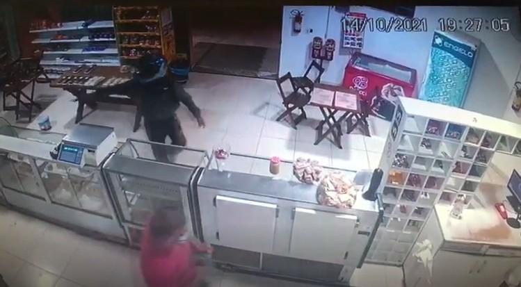 Dono e funcionários são vítimas de assalto à mão armada em padaria de Jaguariúna