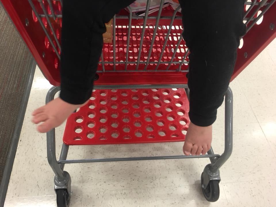 Foto dos pés do filho compartilhada por Ashley Moore (Foto: Reprodução Facebook)