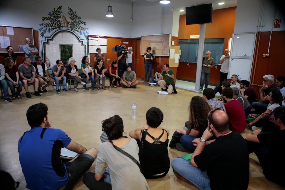 Catalães ocupam escola designada como ponto de votação para o referendo independentista nesta sexta-feira (29) em Barcelona (Foto: REUTERS/Enrique Calvo)