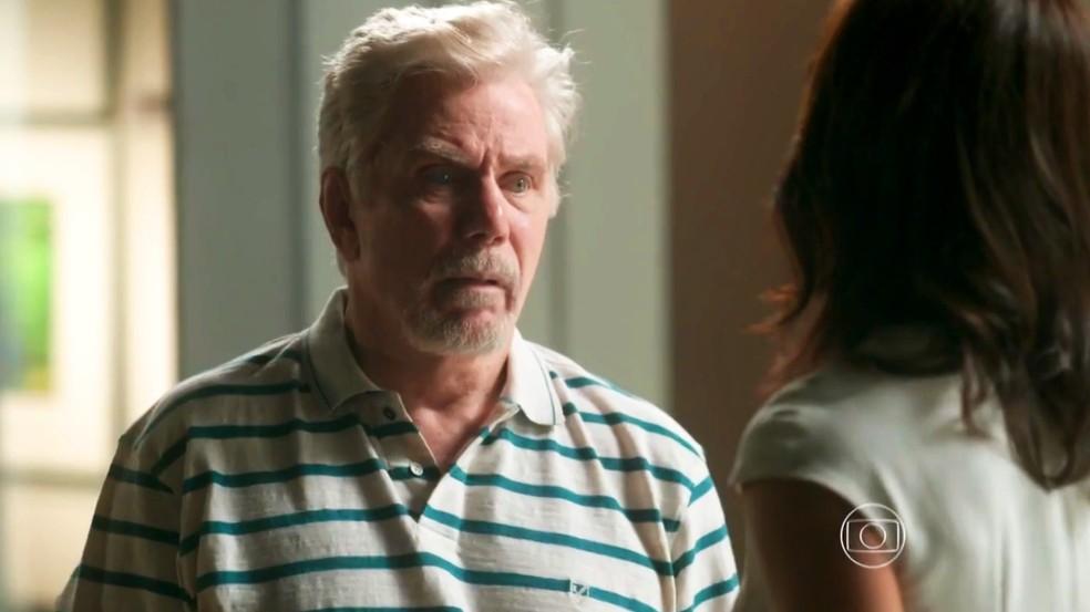 Maurice (Reginaldo Faria) pede para Carolina (Juliana Paes) esquecer aposta com Arthur (Fabio Assunção), em 'Totalmente Demais' — Foto: Globo