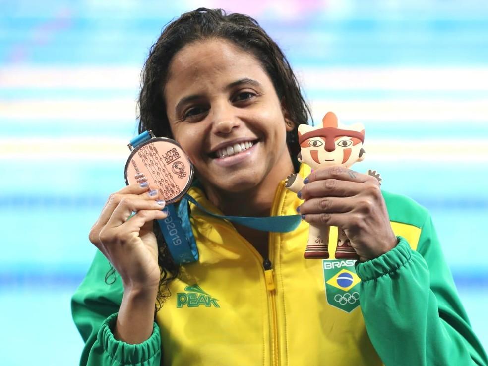 Etiene Medeiros exibe medalha de bronze dos 100m costas no Pan de Lima — Foto: Ricardo Bufolin/Panamerica Press