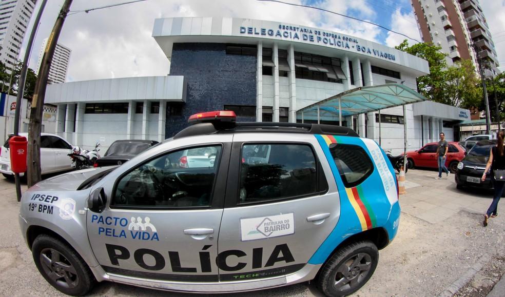 Suspeito foi levado à Delegacia de Boa Viagem, na Zona Sul do Recife (Foto: Marlon Costa/Pernambuco Press)
