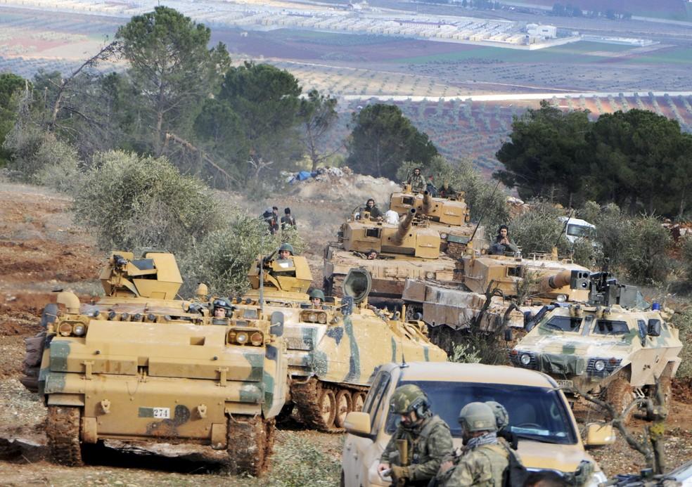Foto de 28 de janeiro mostra tropas turcas no controle da montanha de Bursayah, que separa o enclave curdo de Afrin da cidade de Azaz, controlada pelas forças turcas (Foto: DHA-Depo Photos via AP, File)