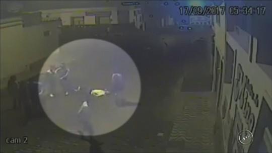 VÍDEO: Grupo agride jovem em saída de casa noturna em Itararé