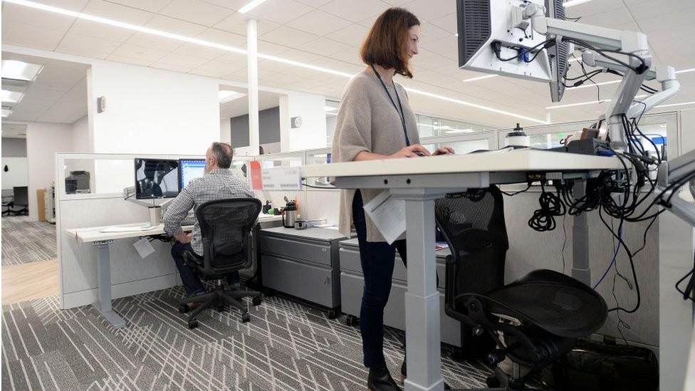 Muitas empresas têm optado por escritórios e computadores que permitem trabalhar de pé (Foto: Getty Images)