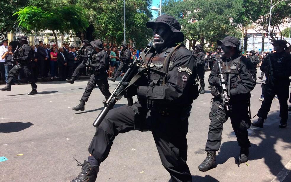Desfile atrai enorme público ao centro de Salvador (Foto: Henrique Mendes/G1)
