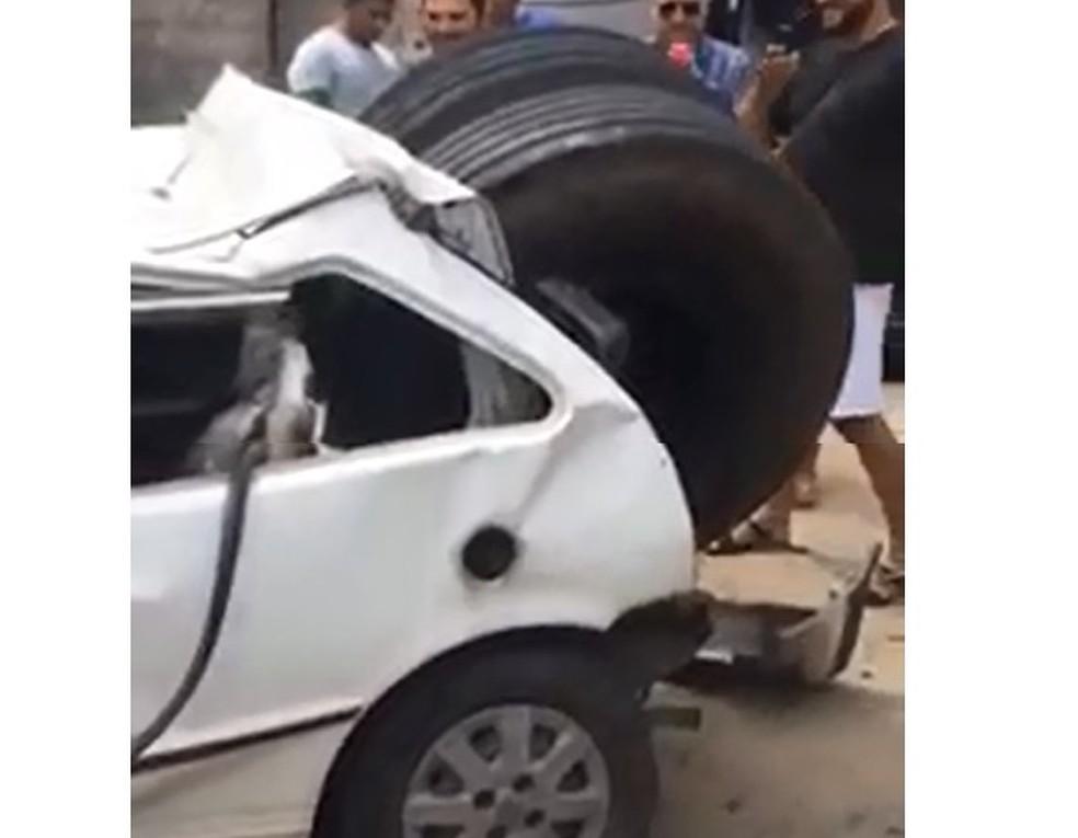 Pneu cai de caminhão em movimento e destrói veículo (Foto: Reprodução)