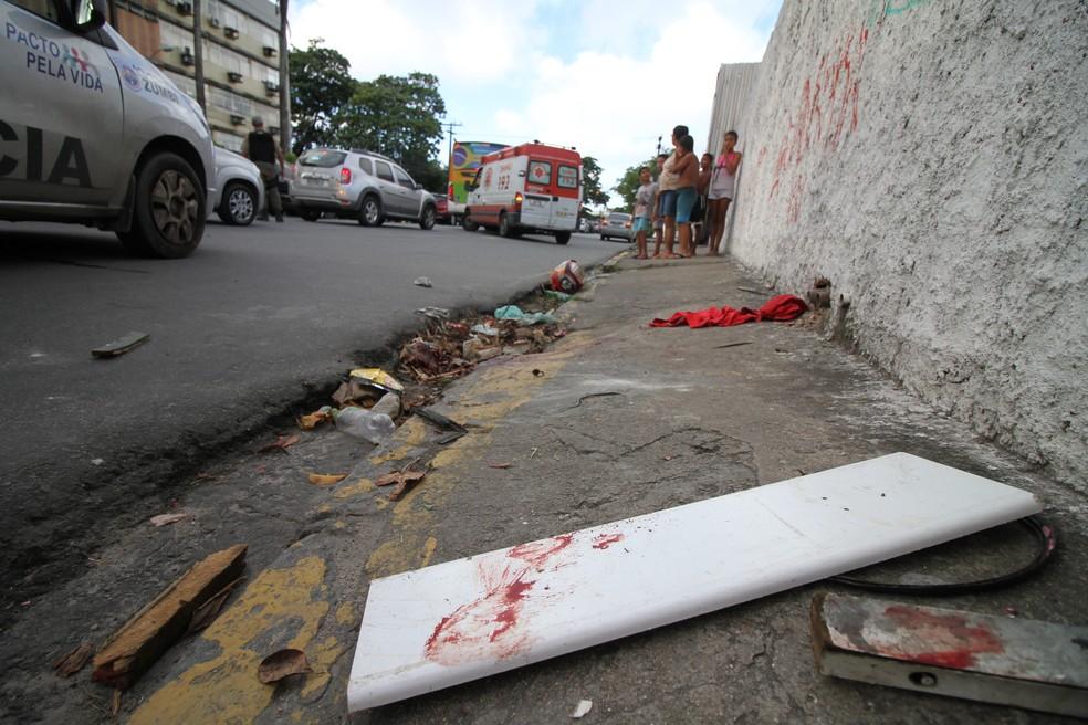 Briga entre torcedores deixou feridos neste domingo (8), na Zona Norte do Recife (Foto: Marlon Costa/Pernambuco Press)