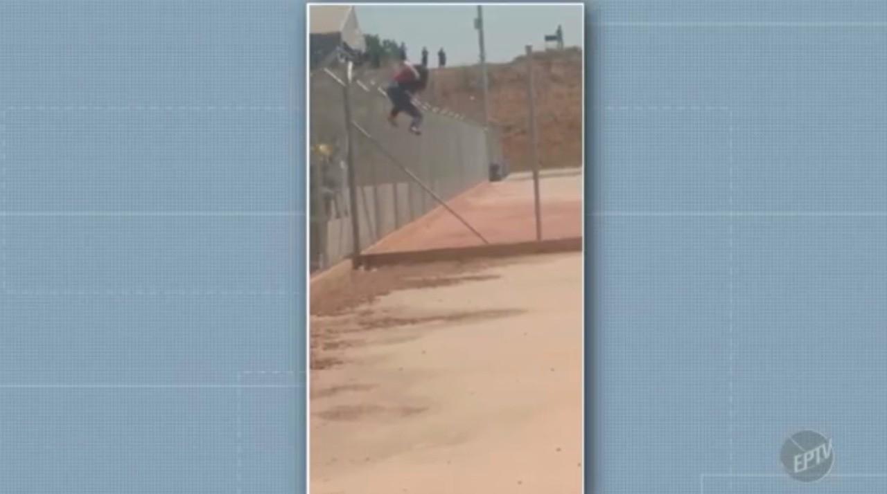 Mulher fica presa em cerca após tentar invadir hangar de companhia aérea em Viracopos; vídeo