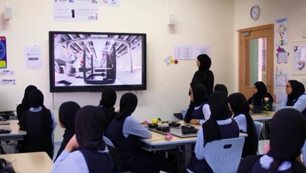 25 mil alunos de 57 escolas públicas de Abu Dhabi e Al Ain, nos Emirados Árabes aprendem por meio de plataforma com IA (Foto: Reprodução/CNN)