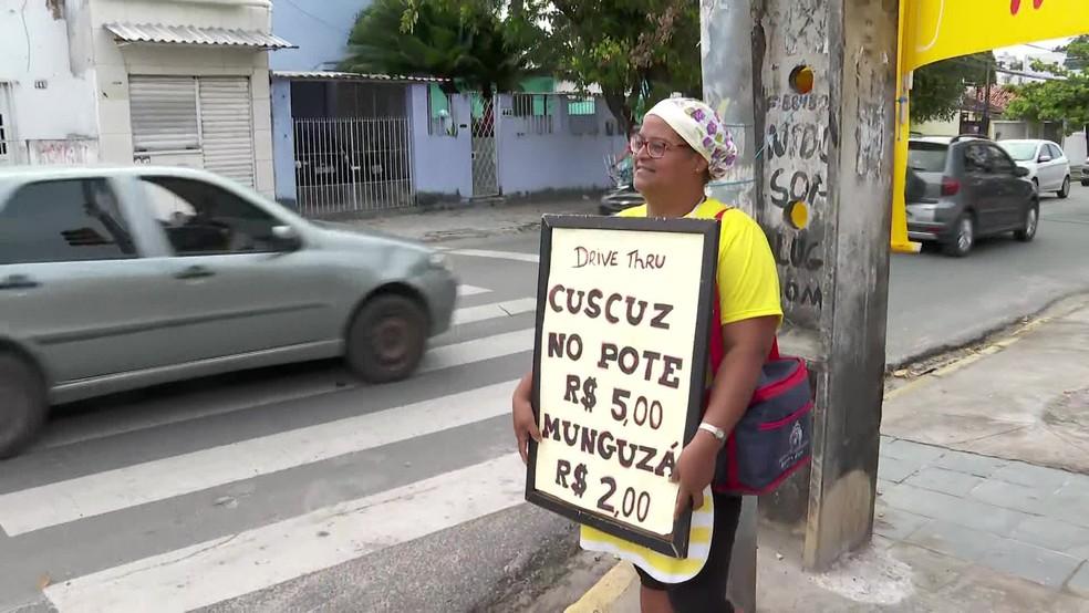 """Divulgação da """"Alzira's Cuscuzeira"""" acontece em ponto fixo e nas redes sociais — Foto: Reprodução/TV Globo"""