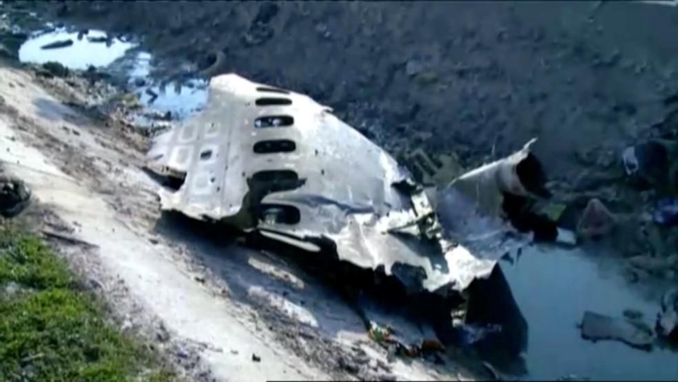 Parte do Boeing 737 que caiu logo após a decolagem em Teerã, no Irã — Foto: Reprodução/Reuters