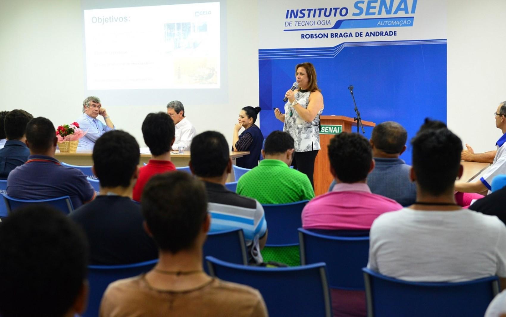 Enel oferece oficinas sobre consumo consciente de energia para mulheres em Goiânia