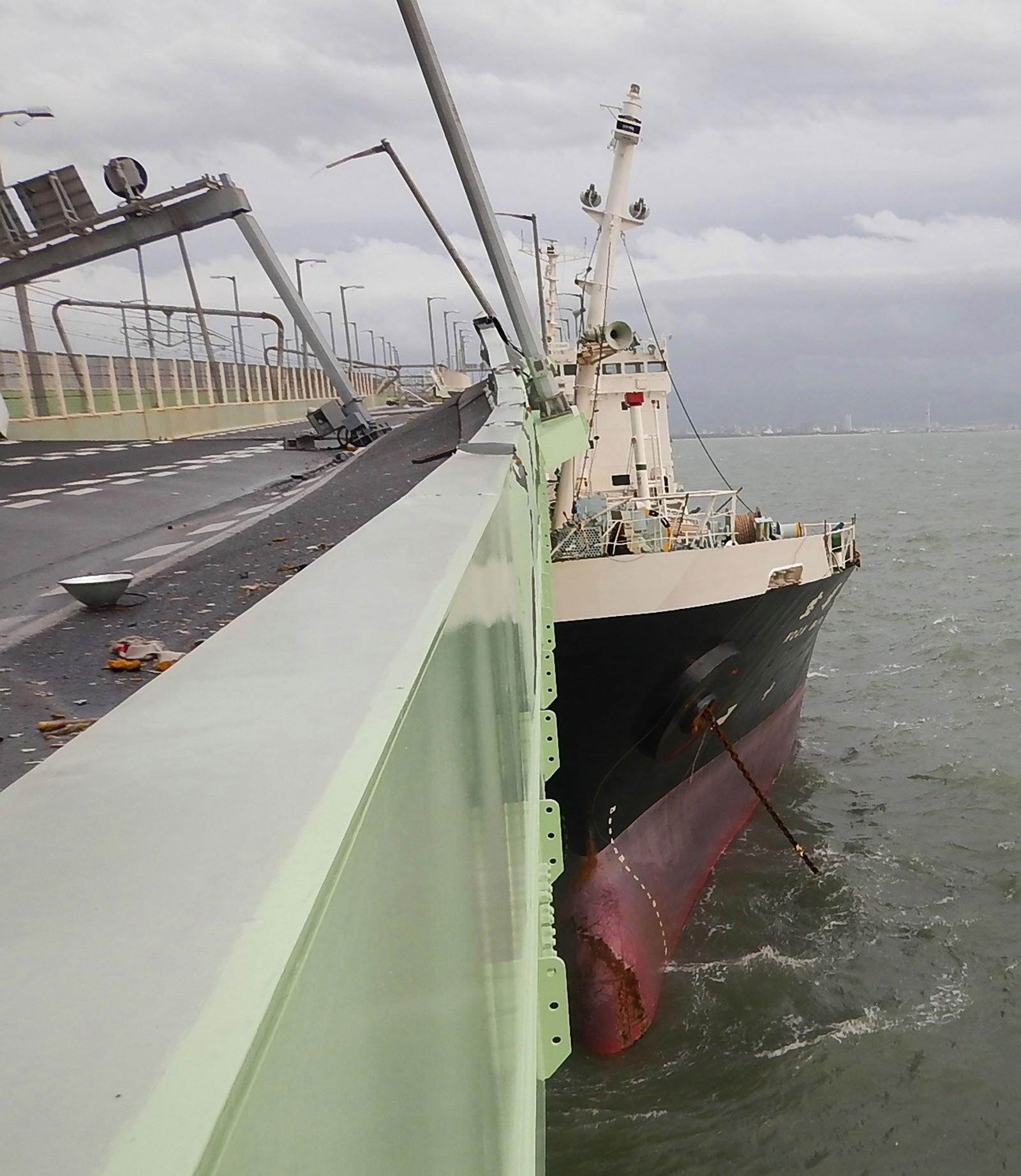 Navio bate em ponte e aeroporto fica isolado na passagem do Tufão Jebi no Japão
