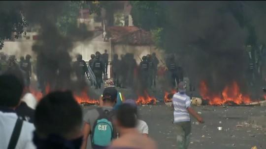 Manifestantes e policiais entram em confronto na fronteira da Venezuela com a Colômbia
