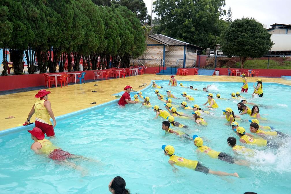 No interior, crianças também recebem orientação contra afogamento  (Foto: Corpo de Bombeiros/Divulgação)