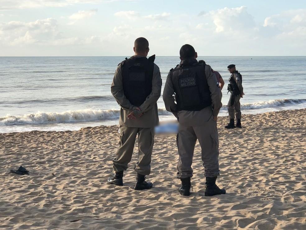 Corpo foi encontrado na praia do Bessa, em João Pessoa — Foto: Walter Paparazzo/G1