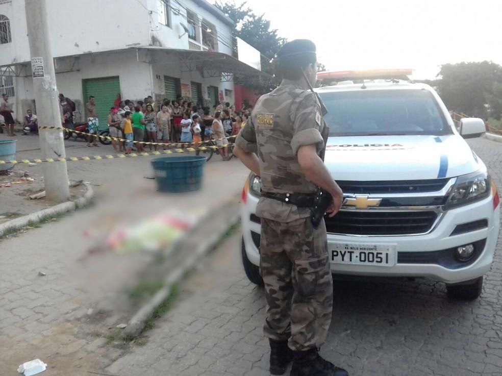Crime ocorreu no Bairro Santa Efigênia, em Valadares (Foto: Ronalt Lessa/Inter TV dos Vales)