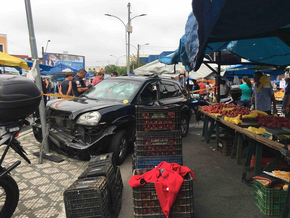 Carro desgovernado invade feira livre e atinge barracas em Taubaté — Foto: Naldo de Sá/Vanguarda Repórter