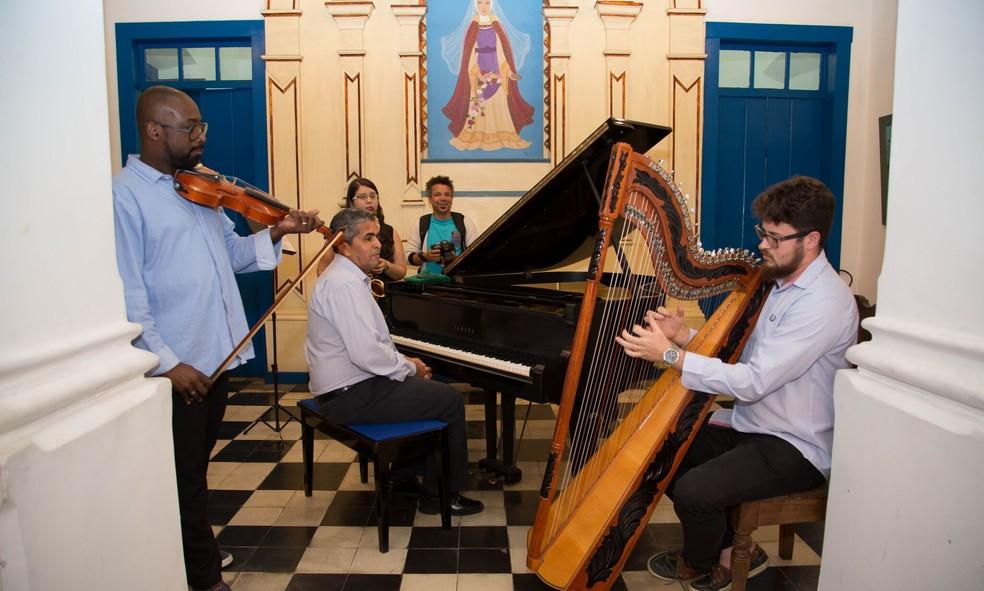 Orquestra da Apae de Cabo Frio, tocando na abertura da exposição