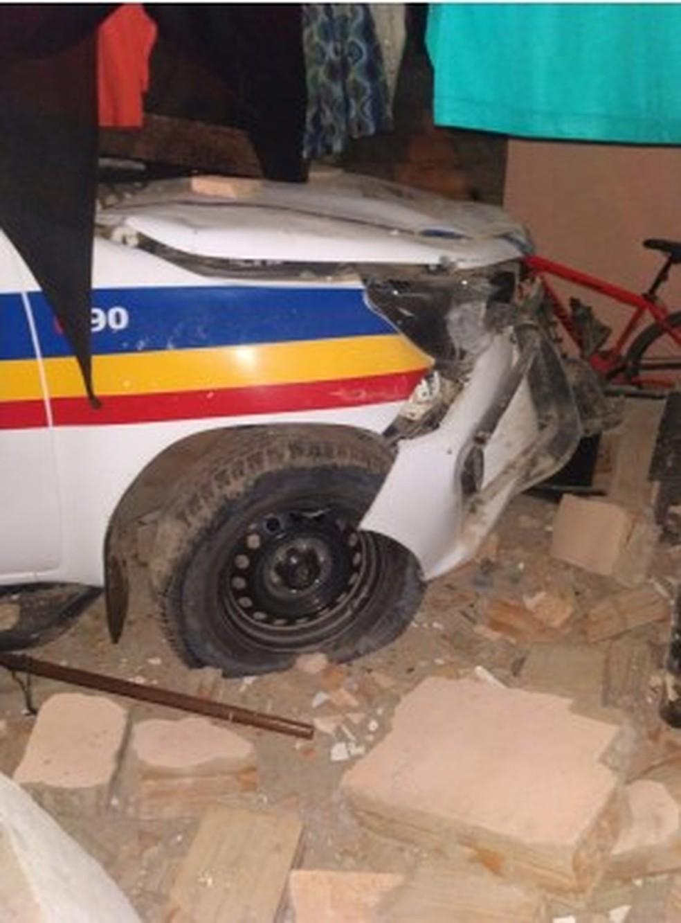 Viatura seguia uma moto quando aconteceu o acidente — Foto: Polícia Militar/ Divulgação