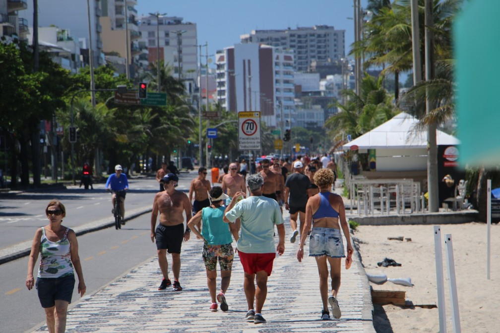 Quantidade de pessoas é grande na praia na manhã deste sábado (28) — Foto: José Raphael Bêrredo/G1 Rio
