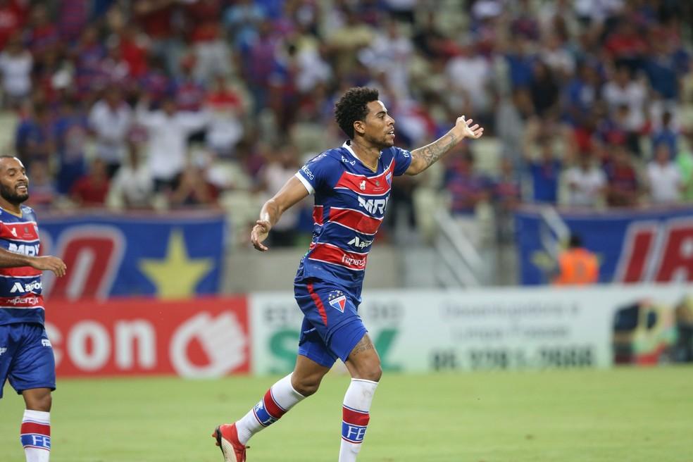 ... Gustavo comemora gol do Fortaleza contra o Iguatu — Foto  Thiago  Gadelha Agência Diário 5493f9de3f59c