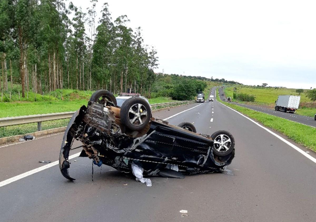 Motorista de guincho é atropelado no acostamento durante atendimento em Ourinhos - G1