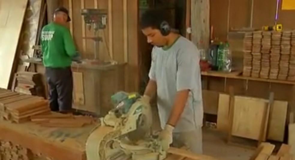 Prefeitura reativou marcenaria para fabricar produtos com madeira apreendida — Foto: Reprodução/TVCA
