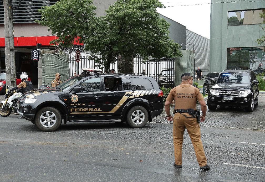 Ex-presidente Lula deixou a sede da Justiça Federal por volta das 18h desta quarta (14)  — Foto: Giuliano Gomes/PR Press
