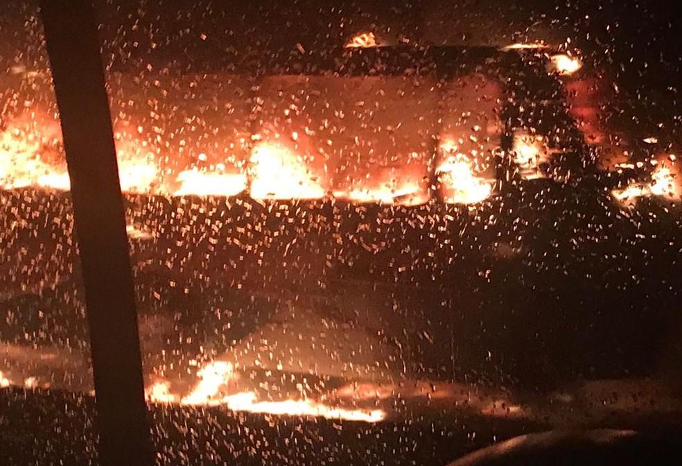 Testemunhas contaram que uma bomba caseira foi arremessada contra o veículo (Foto: Programa Bruno Peres/Divulgação)