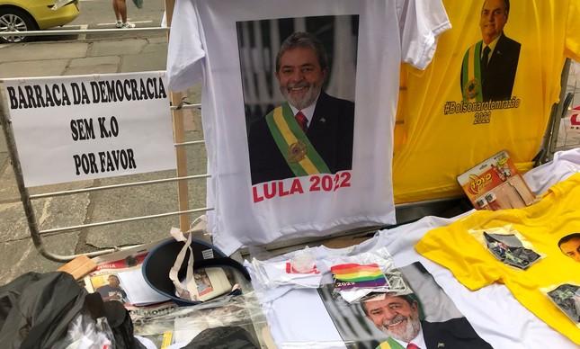Barraca do Catete vende tanto camisas  pró Lula como pró  Bolsonaro