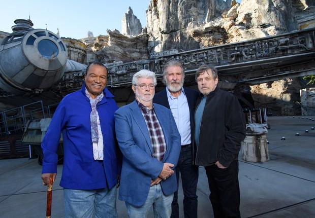 Billy Dee Williams, George Lucas, Harrison Ford e Mark Hamill na pré-abertura do parque Galaxy's Edge, no dia 29 de maio (Foto: Amy Sussman/Getty Images)