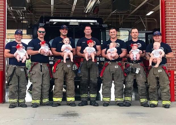 Bombeiros posam com seus bebês, nascidos em um intervalo de 15 meses (Foto: Reprodução/Facebook)
