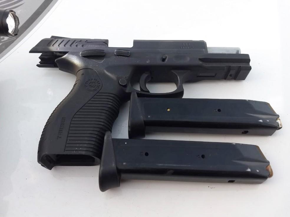 A pistola acima foi uma das armas apreendidas durante a operação Missão Guajiru — Foto: MP/Divulgação