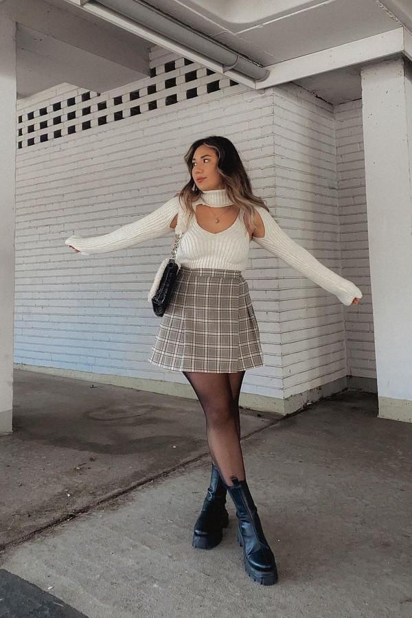 Suéter recortado que só cobre os braços e pescoço é a peça diferentona que promete ser tendência (Foto: @thekittyluxe)