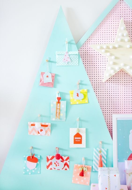 Ideia linda e criativa: árvore painel com cartões de Natal (Foto: Matheus Fernandes)