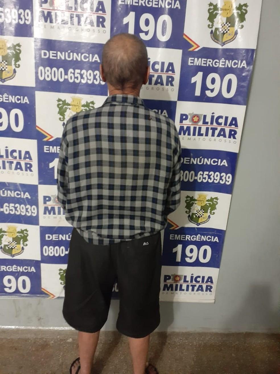 Idoso, de 79 anos, foi levado à delegacia da Polícia Civil de Rondonópolis suspeito de agredir a mulher, de 71 anos — Foto: Polícia Militar de Rondonópolis/Divulgação