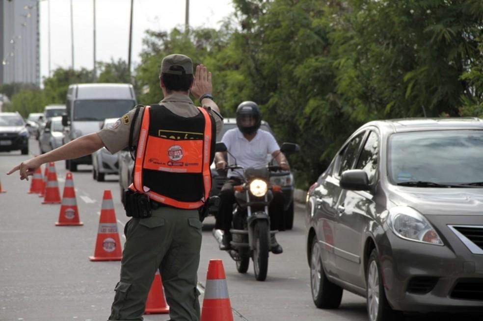 Agentes que atuam na Lei Seca em Pernambuco se apresentam com fardamento e identificação — Foto: Secretaria de Saúde/Divulgação