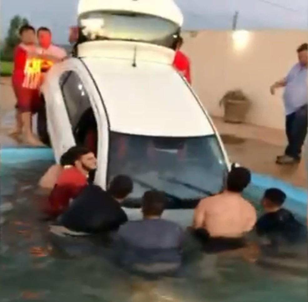 Pelo menos 20 pessoas ajudaram no 'resgate' — Foto: Natália Ribeiro / Arquivo pessoal